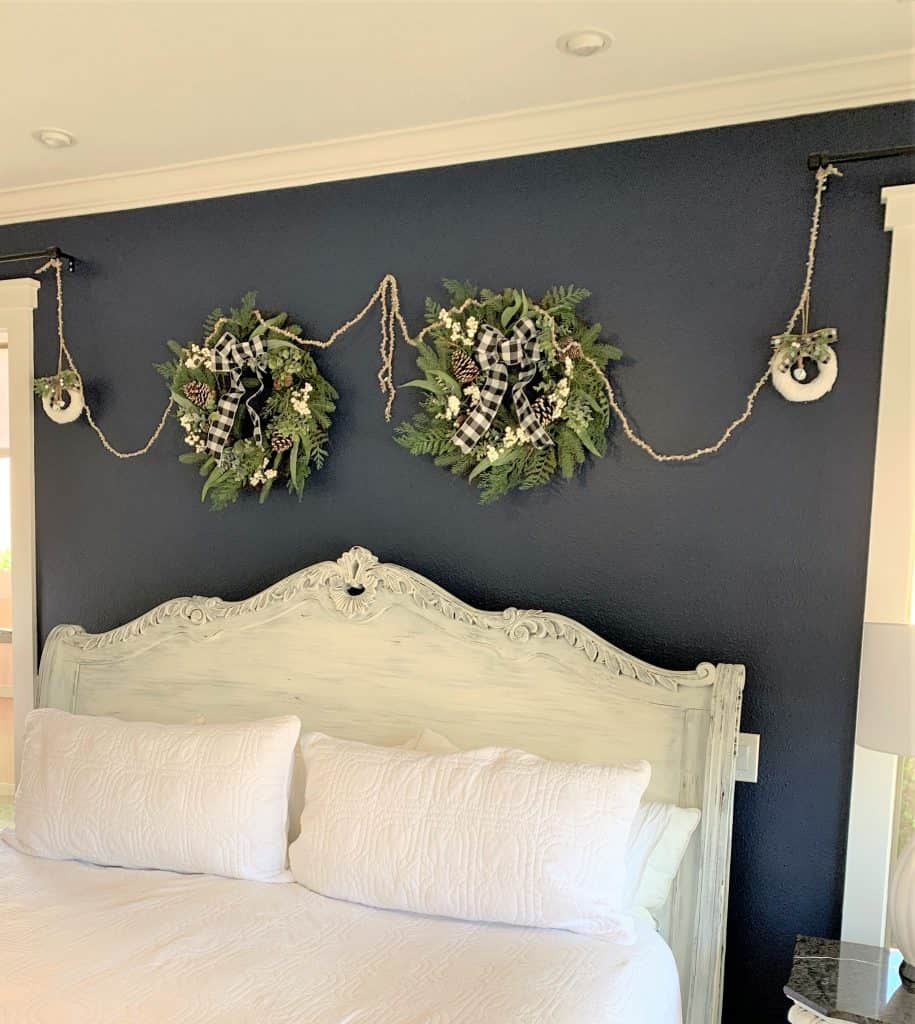 Christmas Bedroom Wall Decor: Using Wreaths